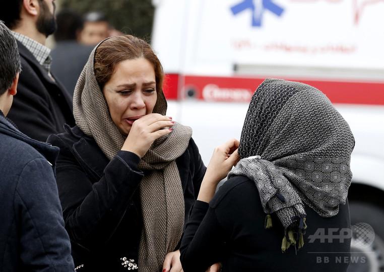 イランで旅客機が墜落、乗客乗員66人 救出活動を再開