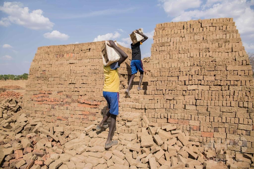 れんがを作る子どもたち、南スーダン 増える児童労働