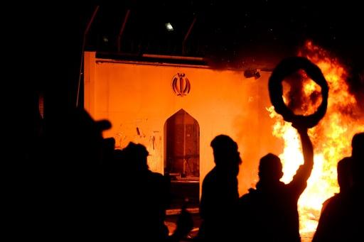 イラクの反政府デモ隊、イラン領事館に放火 聖地ナジャフ