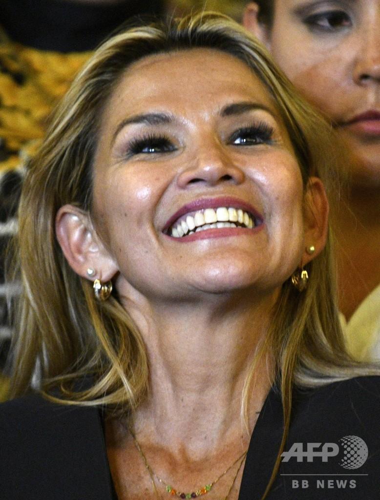 ボリビアのアニェス上院副議長、暫定大統領就任を宣言 憲法裁も承認