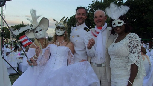 動画:キューバで「白いうたげ」 全身白で着飾り陽気にディナー