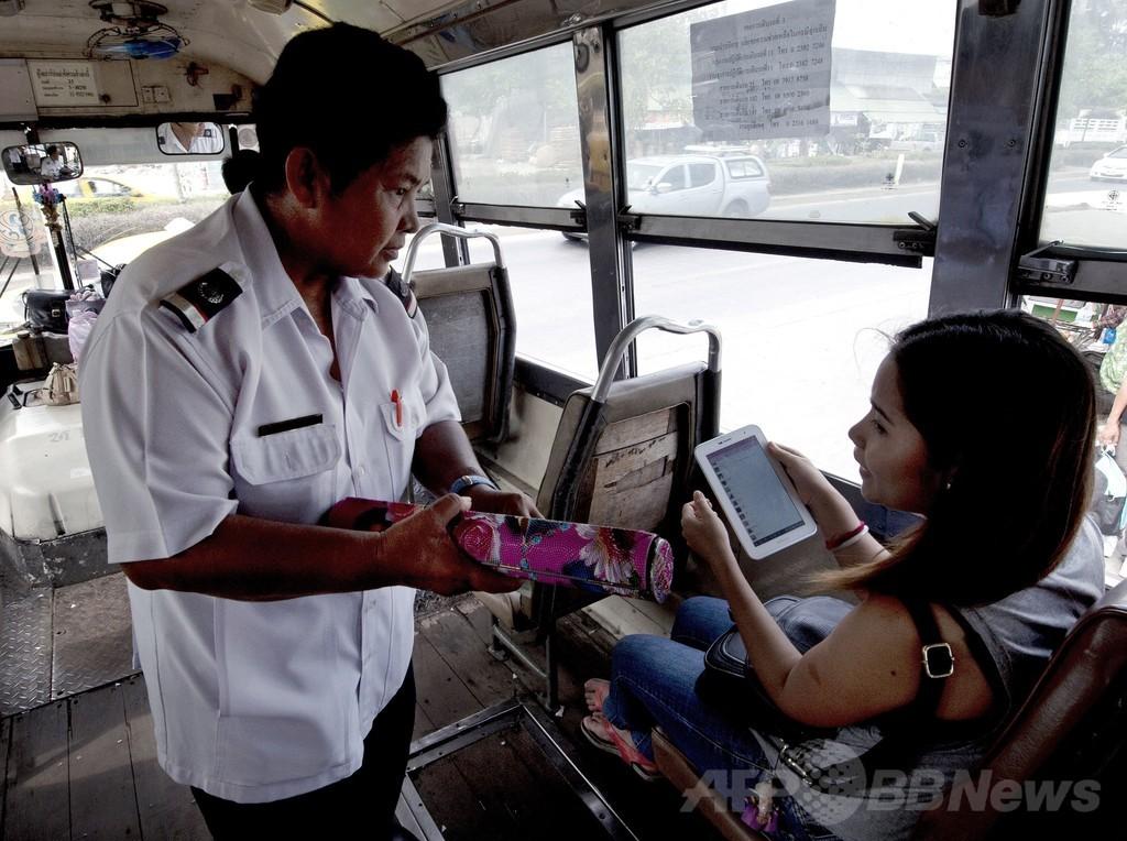 大人用おむつ着用しないと働けない…、待遇改善求めるタイのバス車掌ら