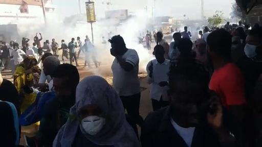 動画:パンの値段3倍で抗議続くスーダン デモ隊に警察が催涙ガス使用