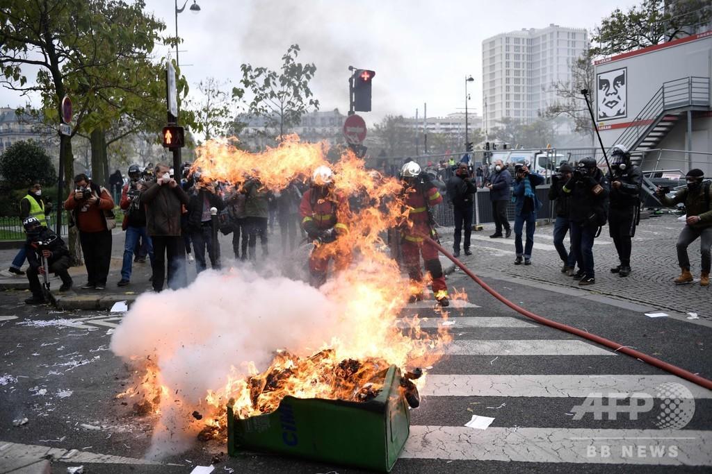 「黄ベスト」発生から1年、パリなどでデモ隊と警官隊が衝突