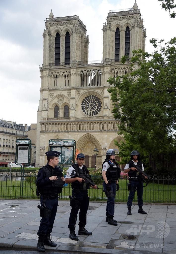 ハンマー男が警官襲撃 仏ノートルダム大聖堂前 「シリアのため」叫ぶ
