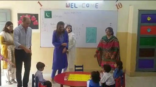 動画:パキスタン訪問中のウィリアム英王子夫妻、カーン首相と笑顔で会談