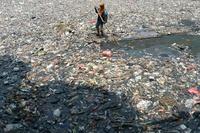 川一面に浮かぶごみ、インドネシア