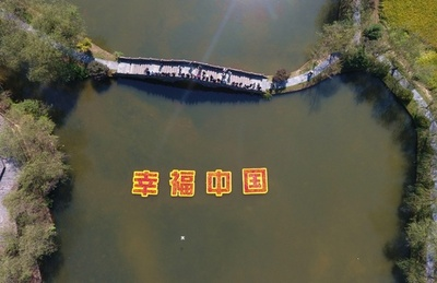 農民が赤い鯉で祝う国慶節、中国・婺源