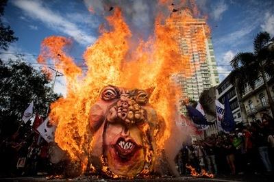 「フィリピン革命の父」生誕155年、活動家らドゥテルテ大統領の人形に火
