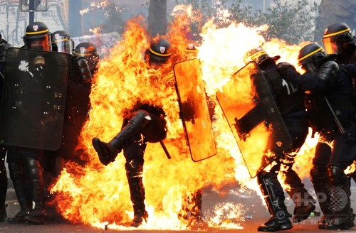 【AFP記者コラム】火だるまの警察官─シャッター切り続けた隻眼のシリア人カメラマン