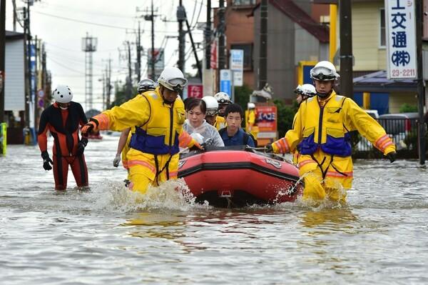 豪雨で鬼怒川氾濫、各地で洪水