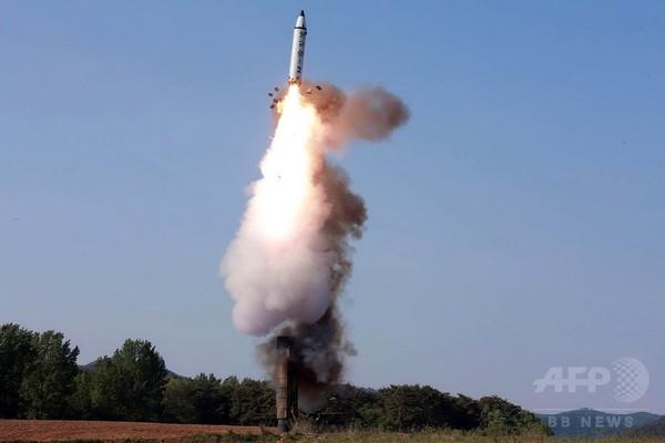 北朝鮮、中距離弾道ミサイルの発射に「成功」 正恩氏が配備承認