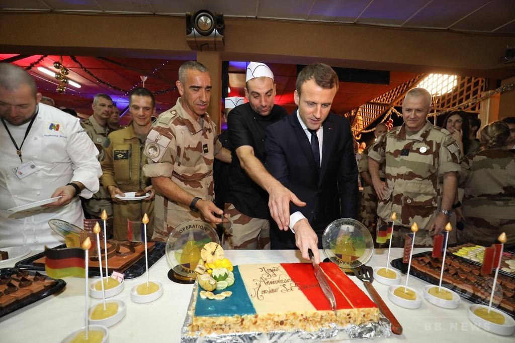 マクロン大統領、バルカン作戦のフランス兵らと「クリスマスディナー」