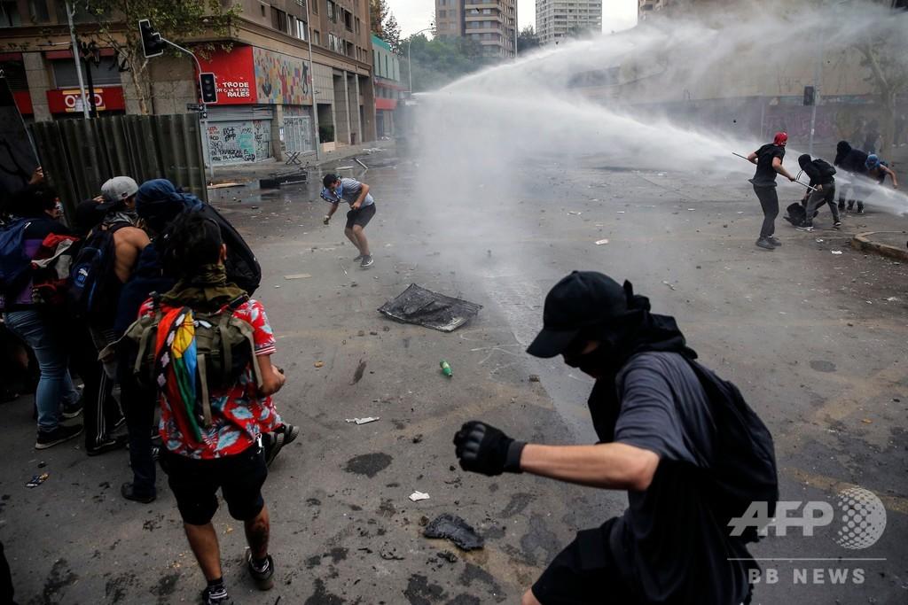 チリでゼネスト、窮地の大統領に圧力 死者は4歳児含む18人に