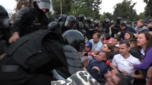 動画:モルドバ独立記念日、反政権派が抗議デモ 機動隊が介入