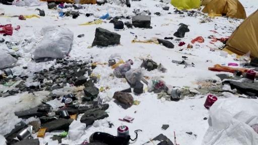 動画:エベレストで登山者が捨てるごみ増加、世界最高峰のごみ溜めに?