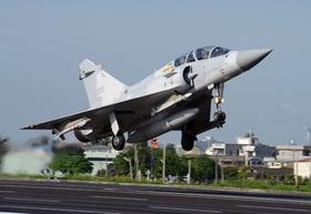 台湾、高速道路で戦闘機が離着陸 「中国想定」演習