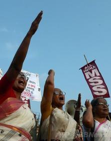 夫の釈放求めたインド女性、警察署内で集団レイプされる
