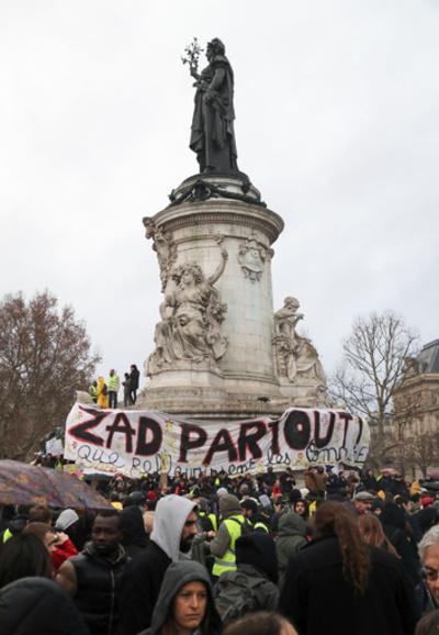 黄ベスト運動で警戒の仏パリ、「緑派」もデモ決行 気候変動対策訴え