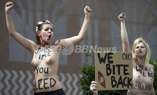 女性権利団体FEMEN、エジプト大使館前でトップレス抗議