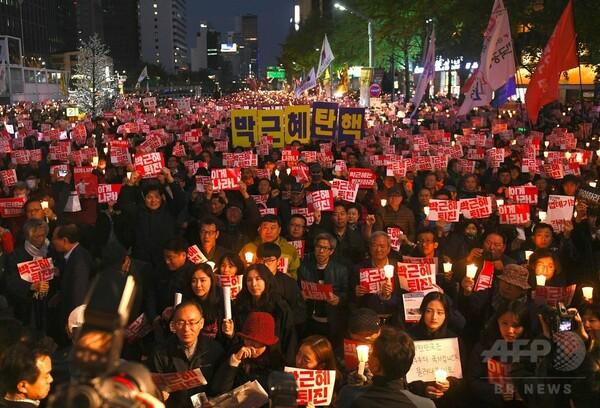 韓国、検察が大統領府高官らを強制捜査 朴氏退陣求め抗議集会も