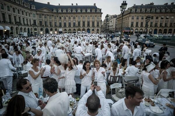 パリの超一等地で「白い宴」、上流階級気分の屋外ディナー