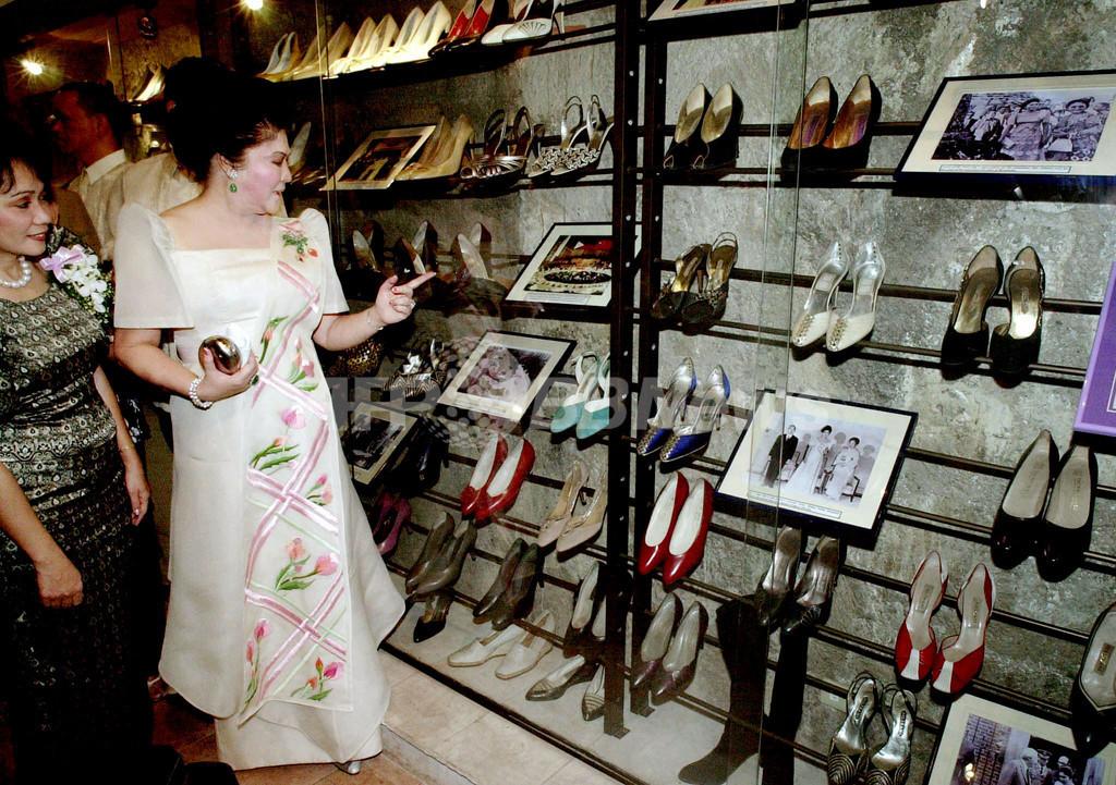 イメルダ夫人の靴コレクション、台風16号の洪水逃れる フィリピン