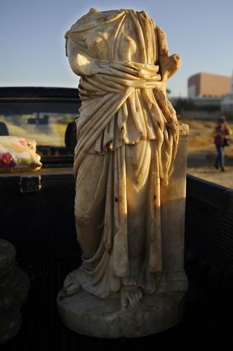 嵐で崩れた崖からローマ時代の石像発見、イスラエル