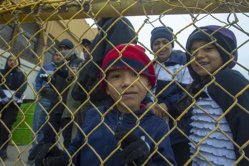 米政府、移民の子ども5000人の収容場所確保を国防総省に指示
