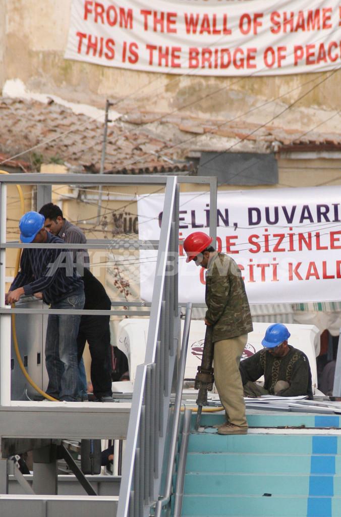 首都分断を象徴する歩道橋、撤去作業開始 - キプロス
