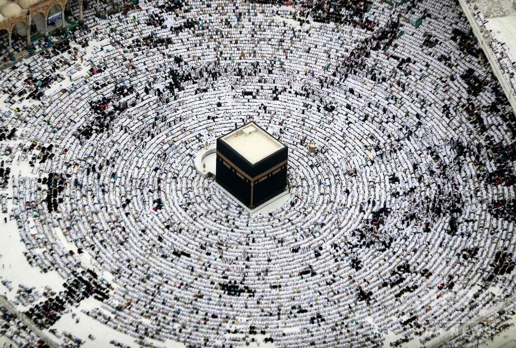 まるで幾何学模様、カーバ神殿で祈るイスラム教徒 サウジ