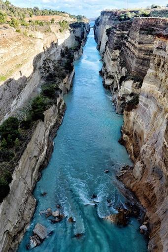 ギリシャのコリントス運河で崖崩れ、船舶の通行が不能に