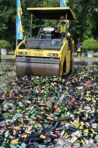 密造酒1万8000本を重機で破壊、ラマダン中の飲酒に警告 インドネシア