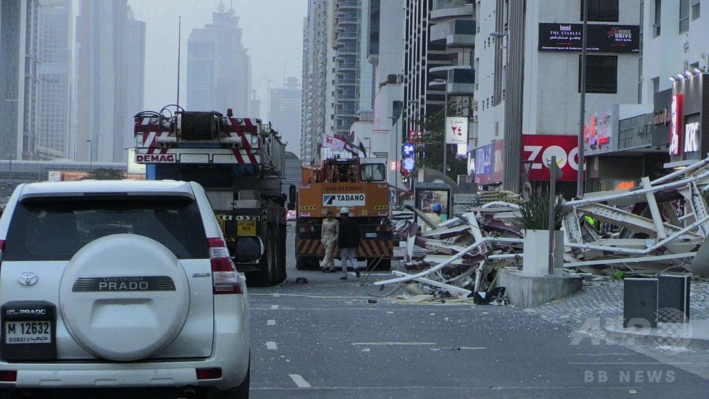 UAEで大荒れ天気、強風でクレーン事故 珍しい雪も