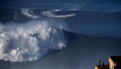 大西洋の大波、命知らずのサーファーたちが挑む ポルトガル