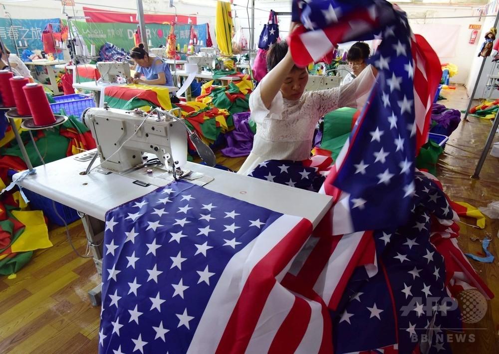 貿易戦争激化も星条旗・トランプ横断幕ビジネスは活況 中国