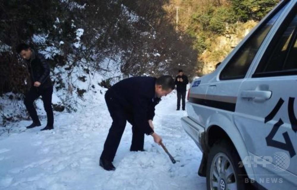 海抜1000メートルの村で急病人 村民と警官が協力、路上の氷をおので砕き封鎖道路を突破
