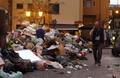 収集作業員のストで、ごみあふれる市街 イタリア・パレルモ