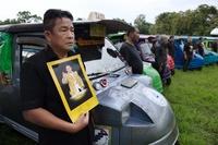 前国王の死去から1年、式典で白ゾウが追悼パレード タイ