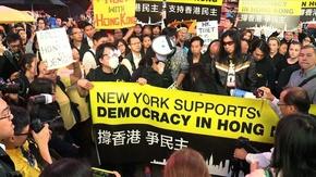 動画:香港民主派デモを支持、NYタイムズスクエアで集会