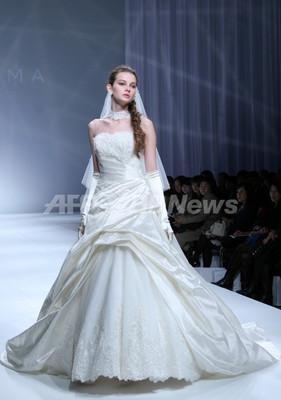 アンテプリマ、ウエディングドレスのデビューコレクションを発表