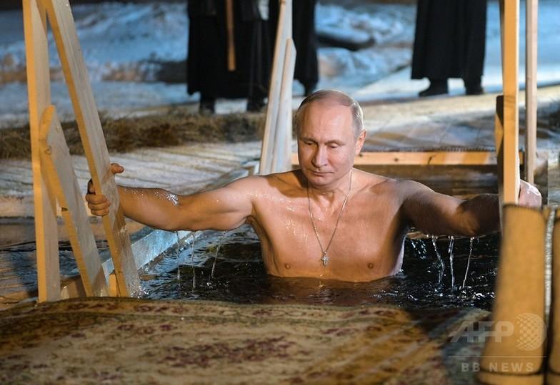 プーチン大統領、氷点下5度の湖でみそぎ ロシア