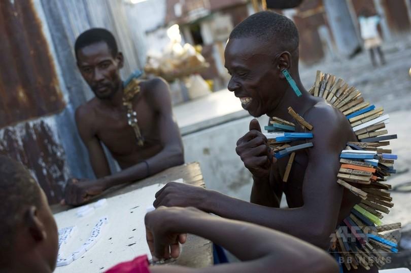 洗濯ばさみで「罰ゲーム」、ハイチ