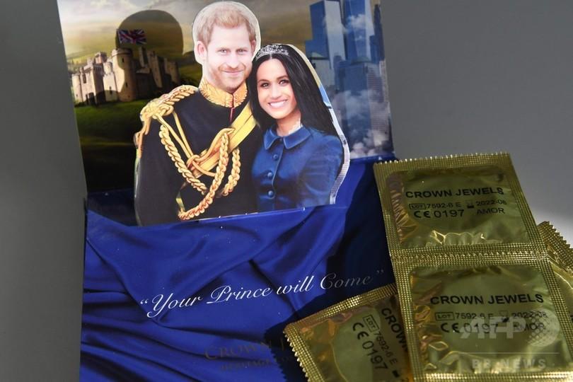箱開くと英米国歌、ヘンリー王子とメーガンさん成婚記念コンドーム