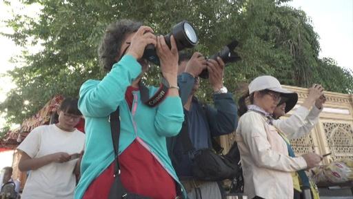 動画:中国、地元住民収容のウイグルで観光客誘致
