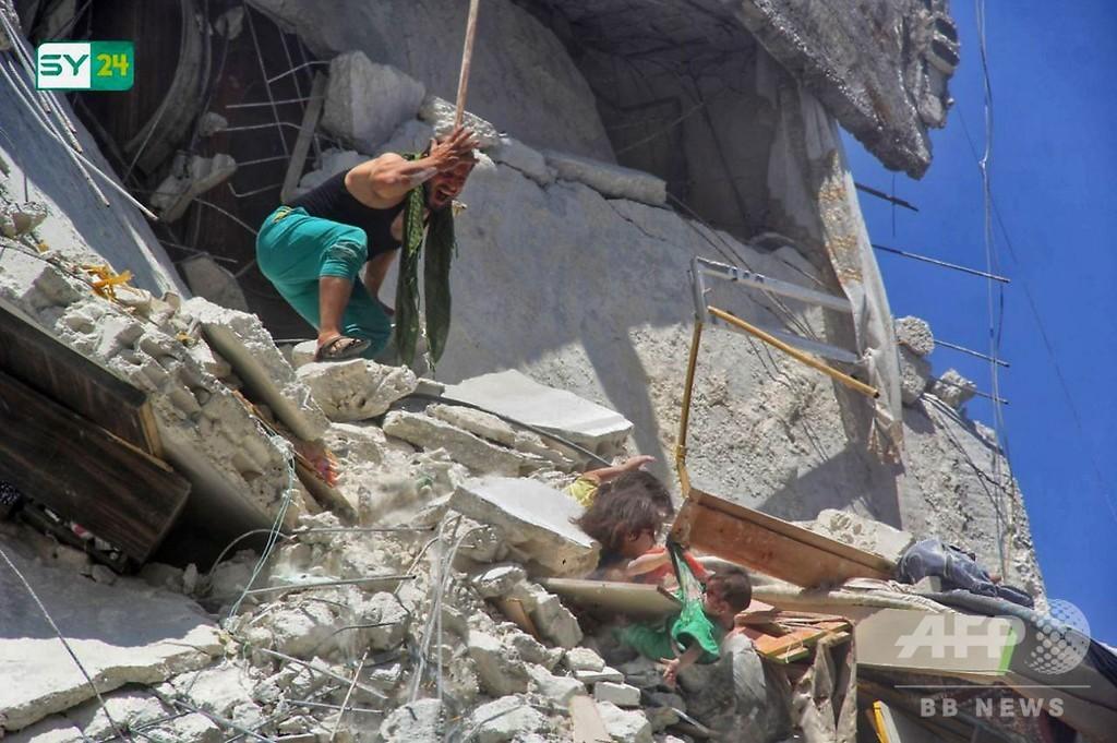 がれきに埋もれ妹をつかむ少女 シリア空爆の写真が話題