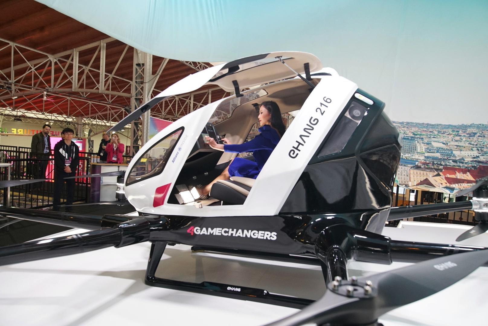 渋滞解消に新提案 中国の「空飛ぶタクシー」欧州でお披露目
