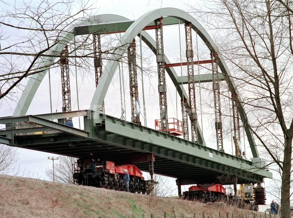 警察も当惑、チェコで4トンの鉄道橋が盗まれる
