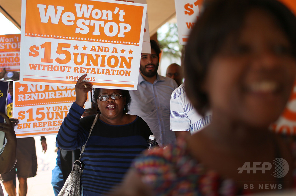 最低賃金で1週間生活、米フロリダ州で議員ら体験
