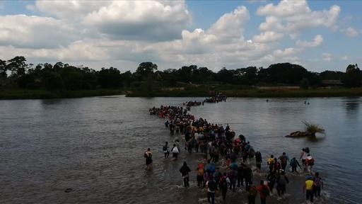 動画:川を渡って米国目指す、中米からの移民集団